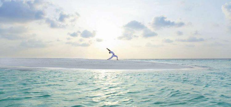yoga en un banco de arena privado